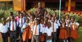 Sam Enders junto a alumnos de la African Dream Academy