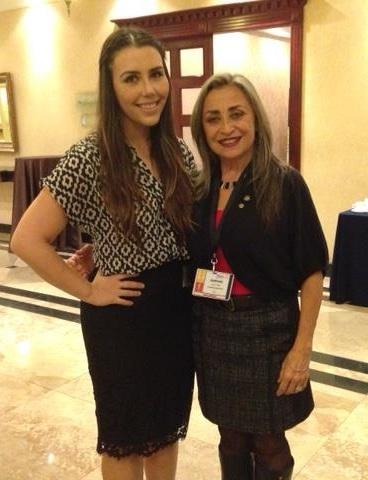 Adelita (izquierda) con Amparo Albuja (derecha), co-organizadora de la X Feria de Proyectos