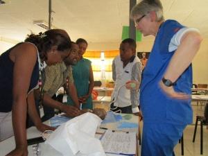 La rotaria Karin Davies maneja una situación clínica.