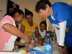 La Dra. Bromberger, directora del curso, demostrando técnicas de reanimación a enfermeras.