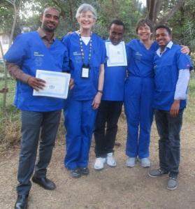 La Dra. Karin Davies (segunda desde la izquierda) y la Dra. Bromberger (segunda desde la derecha) entrenan a los participantes