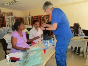 La rotaria Karin Davies hace una demostración a las enfermeras