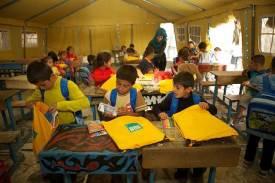 Estudiantes en Siria con SchoolBoxes de ShelterBox (cortesía de ShelterBox)