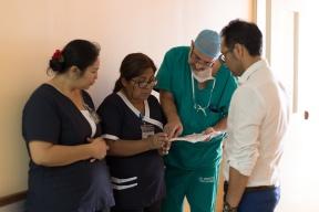 Cirujanos Dr. Dino Ibaceta y Dr. Marcelo Fonseca (derecha) junto a Pamela y Miryam Vizcarra.