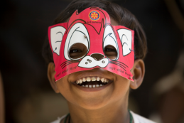 Niñita con máscara